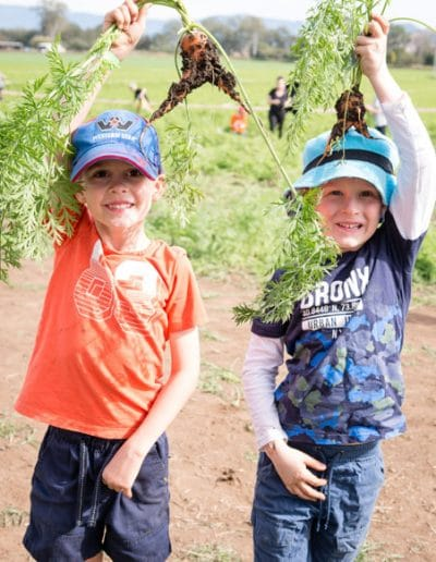 ELW 2018 Just Veg. Carrot Day-1160430 Theo Vanvliet (6), Liam McKean (5) Brookwater with carzy carrots